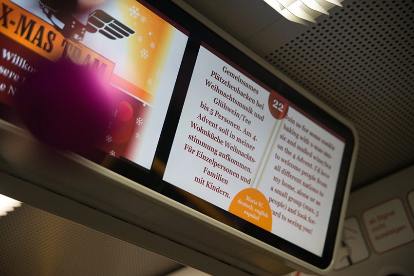 Auf einem Monitor in der Straßenbahn wird von der X-MAS Tram berichtet