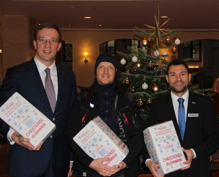 Unsere Sponsoren bekommen ihren Glühwein weihnachtlich verpackt überreicht.